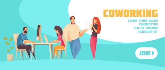 Sluit me aan bij het coworking van horizontale webbanner met groep creatieve mensen die bij laptop zitten en over koffie vlakke illustratie spreken Gratis Vector