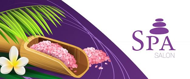 Spa salon coupon ontwerp met roze zout, houten lepel, palmtak en tropische bloem Gratis Vector