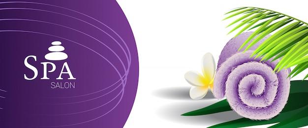 Spa salon promotie banner met palmtak, tropische bloem en lila gerold handdoek Gratis Vector