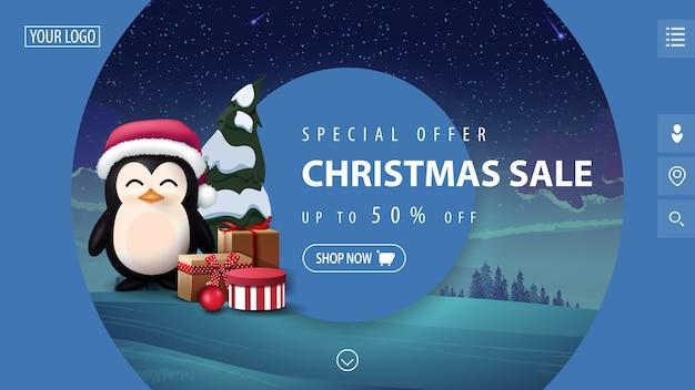 Speciale aanbieding, kerstuitverkoop, mooie blauwe moderne kortingsbanner met grote decoratieve cirkels, winterlandschap op achtergrond en pinguïn in kerstmuts met cadeautjes Premium Vector