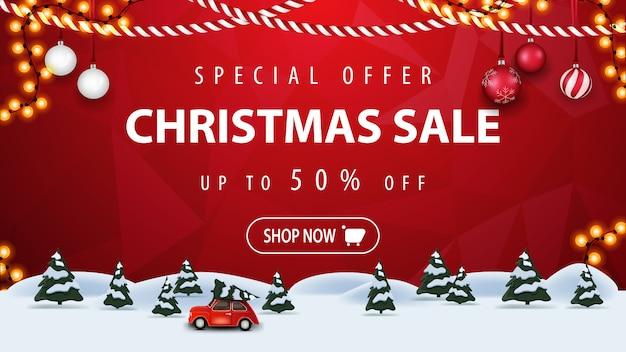 Speciale aanbieding, kerstuitverkoop, tot 50% korting, rode horizontale kortingsbanner met knop, frame garland, dennenbos en rode vintage auto met kerstboom. Premium Vector