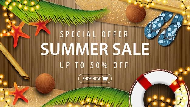Speciale aanbieding, zomerverkoop, tot 50% korting, bruine kortingswebbanner voor uw bedrijf met zomerelementen en strandaccessoires op een houten bord, bovenaanzicht. Premium Vector