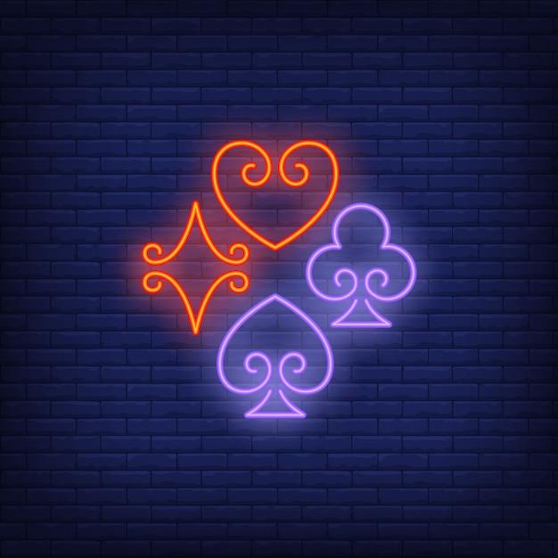 Speelkaart past bij neonreclame Gratis Vector