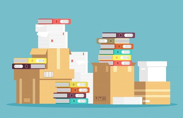 Stapel kartonnen dozen, papieren documenten en kantoor bestandsmappen geïsoleerd. Premium Vector