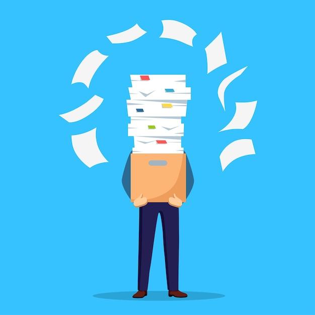 Stapel papier, drukke zakenman met stapel documenten in karton, kartonnen doos. papierwerk. bureaucratie. benadrukte werknemer. Premium Vector
