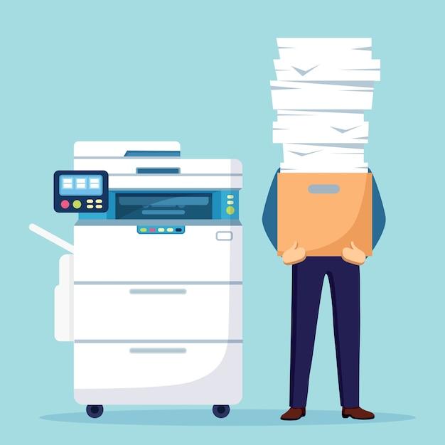 Stapel papier, drukke zakenman met stapel documenten in karton, kartonnen doos. papierwerk met printer, multifunctionele kantoormachine. bureaucratie. benadrukte werknemer. Premium Vector