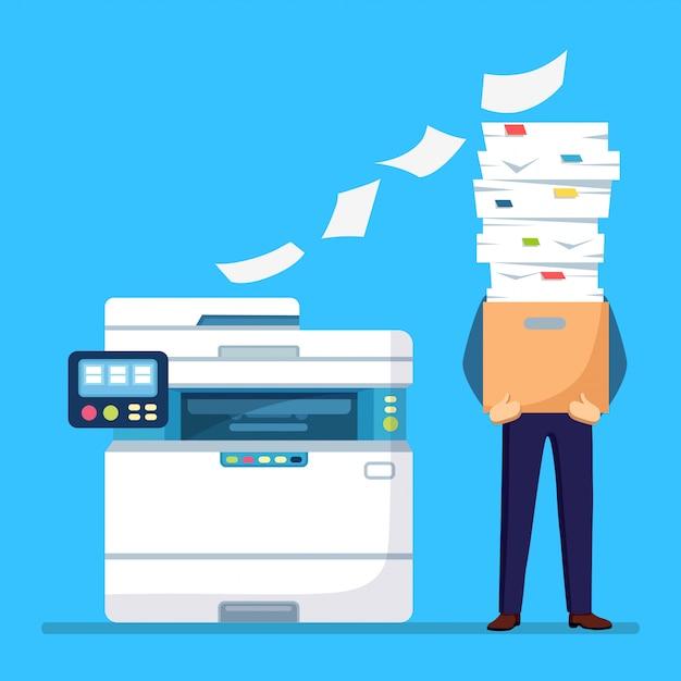 Stapel papier, drukke zakenman met stapel documenten in karton, kartonnen doos. papierwerk met printer, multifunctionele kantoormachine. bureaucratie concept. benadrukte werknemer. tekenfilm Premium Vector