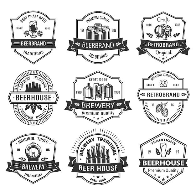 Stel badges in met bierobjecten Gratis Vector