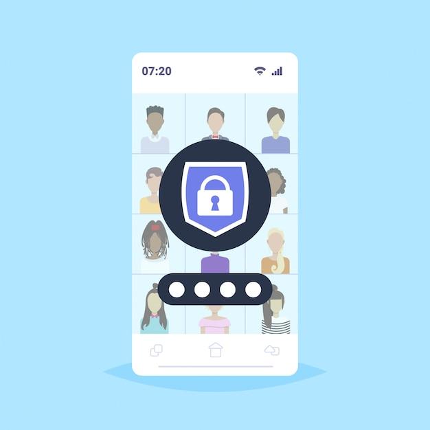 Stel verschillende mannen vrouwen gebruikers avatars en profielen privacy gegevensbescherming toegang concept spullen werknemers bedrijf klanten collectie schild met hangslot mobiele app smartphone scherm Premium Vector