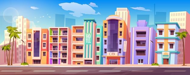 Straat in miami met hotels en palmbomen Gratis Vector