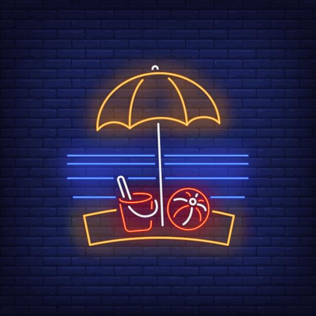 Strandparasol, bal en speelgoed emmer neon teken. zomer, vakantie, vakantie, resort. Gratis Vector