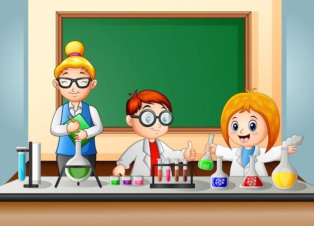 Studenten en docent maken een chemisch experiment Premium Vector