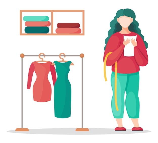 Stylist, ontwerper of naaister die bericht, meetlint vasthoudt, dichtbij rek met groene en rode jurken staat. Premium Vector