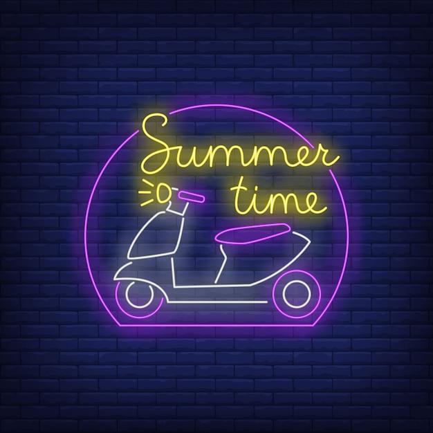 Summer neon-belettering en scooterlogo Gratis Vector