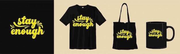 T-shirt en merchandise ontwerp met mockup. typografie belettering citaten. blijf genoeg. Premium Vector