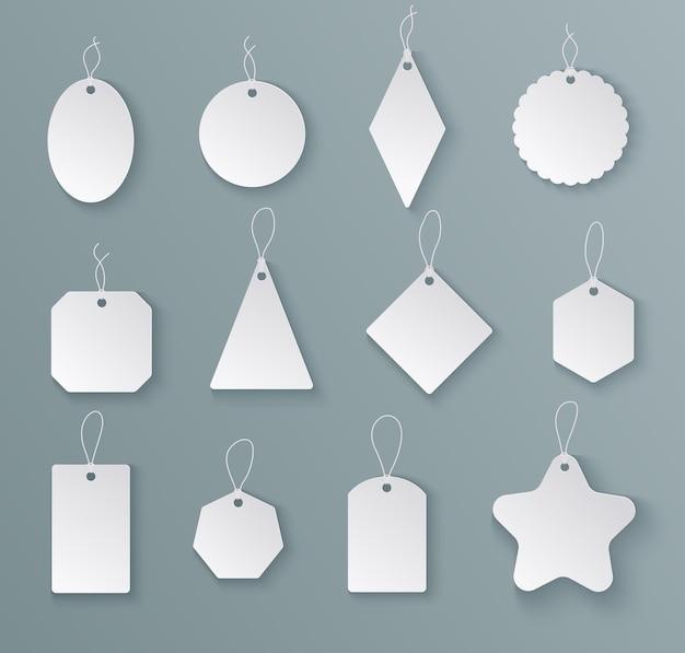 Tags labels. witboek leeg prijskaartje met string in verschillende vormen. mockups voor kerstcadeaus geïsoleerde vector sjablonen. hang lege tag voor verkoopprijs, cadeau vorm label illustratie Premium Vector