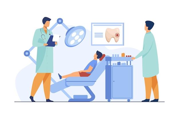Tandarts die jongen als tandartsstoel onderzoekt. dokter, tand, bezoek platte vectorillustratie. stomatologie en tandheelkunde Gratis Vector