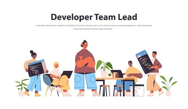 Team lead engineer met mix race webontwikkelaars die samen coderen en programmacode ontwikkelen van software en programmeerconcept Premium Vector