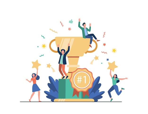Team van gelukkige medewerkers die een prijs winnen en succes vieren. mensen uit het bedrijfsleven genieten van de overwinning, krijgen gouden beker trofee. vectorillustratie voor beloning, prijs, kampioenen s Gratis Vector