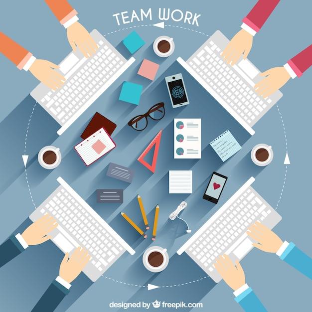 Teamwork met toetsenbord illustratie Gratis Vector