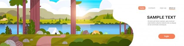 Tenten kampeerterrein in bos zomerkamp concept zonnige dag zonsopgang landschap natuur met water bergen en heuvels Premium Vector