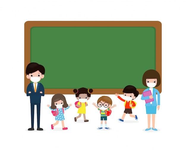 Terug naar school voor een nieuw normaal levensstijlconcept, leraar en multiculturele leerlingen met medische maskers staan in de buurt van schoolbord stripfiguren kinderen en vrienden virusbescherming coronavirus 2019 Premium Vector
