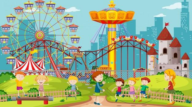 Themapark met veel attracties en vrolijke kinderen Gratis Vector