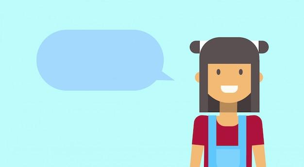 Tiener gelukkig lachend met chat bubble jonge vrouw Premium Vector