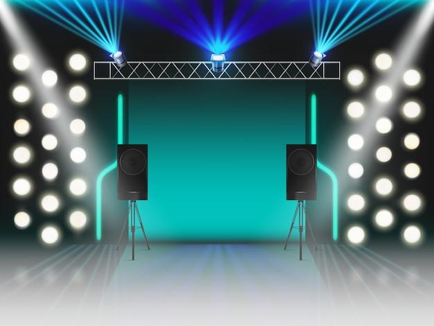 Toneel met verlichting en dynamica geluidsapparatuur. lege scène met gloeiende studio lichteffecten, schijnwerpers, laser neonstralen, stalen rek voor lampen, luidsprekers. 3d-realistische vectorillustratie Gratis Vector