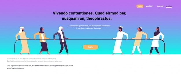 Touwtrekken arabische mensen team trekken tegenovergestelde uiteinden van touw tegen elkaar cartoon Premium Vector