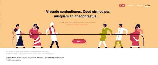 Touwtrekken indische mensen team trekken tegenovergestelde uiteinden van touw tegen elkaar cartoon Premium Vector