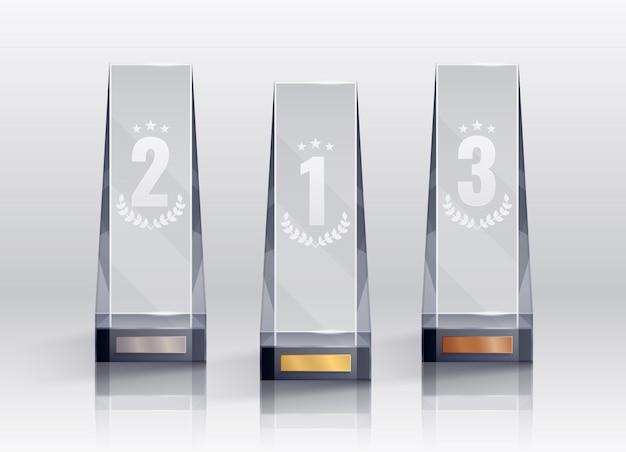 Trofeeën realistische set met eerste tweede en derde plaats symbolen geïsoleerd Gratis Vector