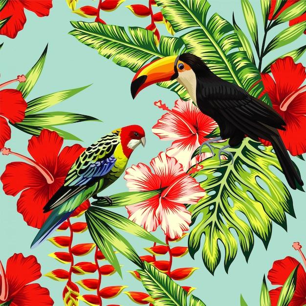 Tropische vogeltoekan en veelkleurige papegaai op de achtergrond exotische bloemhibiscus en palmblad. print zomerbloemenplant. natuur dieren behang. naadloos vectorpatroon Premium Vector