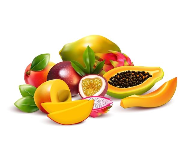 Tropische vruchten compositie met pitaya mango dragon fruit gesneden en rijp met bladeren in een bos Gratis Vector