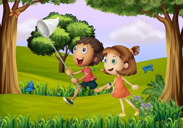 Twee kinderen spelen in het bos met een net Gratis Vector
