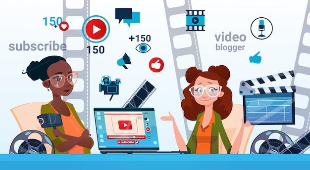 Twee vrouw video blogger online streamen bloggen abonneren concept Premium Vector