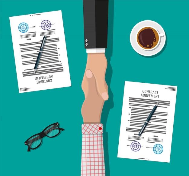 Twee zakenman schudden handen Premium Vector