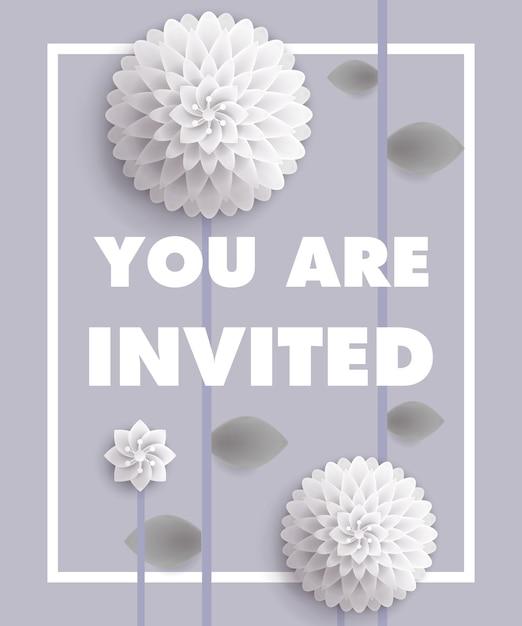U bent uitgenodigd voor belettering met witte paardebloemen in frame op een grijze achtergrond. Gratis Vector