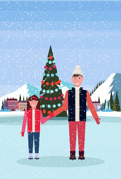 Vader en dochter die in ijsbaan met verfraaide kerstboom bij het hotel van de skitoevlucht schaatsen Premium Vector