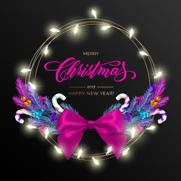 Vakantie voor merry christmas-wenskaart met een realistische kleurrijke krans van pijnboomtakken, versierd met kerstverlichting, gouden sterren, belettering Premium Vector