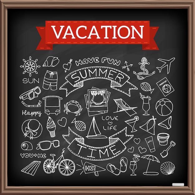 Vakantiekrabbels op schoolbord. hand getrokken pictogrammeninzameling van reis en zomersymbolen Premium Vector