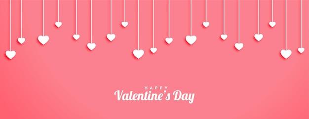 Valentijnsdag banner met hangende harten ontwerp Gratis Vector