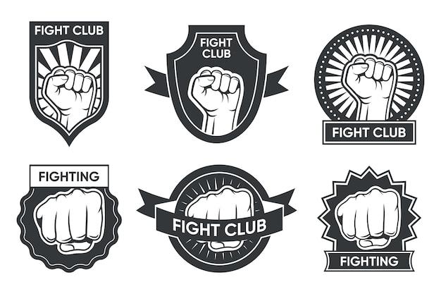 Vecht club logo set. vintage monochrome emblemen met arm en gebalde vuist, medaille en lint. vector illustratie collectie voor boksen of kickboksen, martial arts club labels Gratis Vector