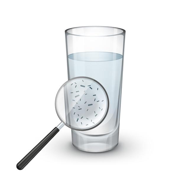 Vector glas water met vergrootglas en microscopisch kleine bacteriën op witte achtergrond Gratis Vector