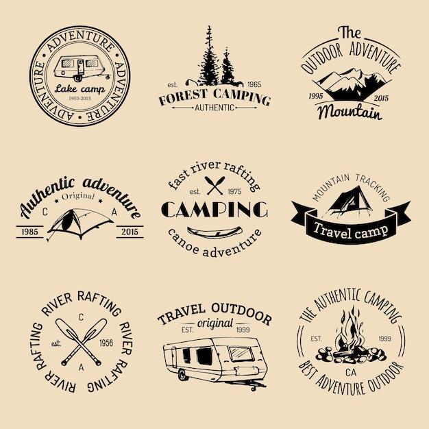 Vector set vintage camping logo's. retro bordenverzameling van buitenavonturen. toeristische schetsen voor emblemen of badges. Premium Vector
