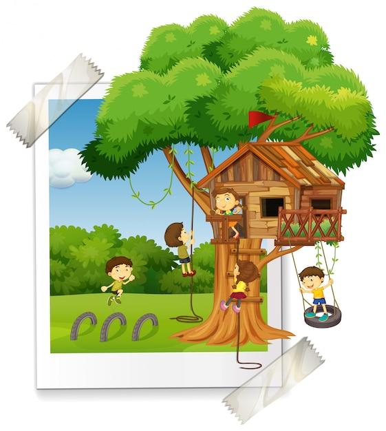 Veel kinderen spelen in boomhut Gratis Vector