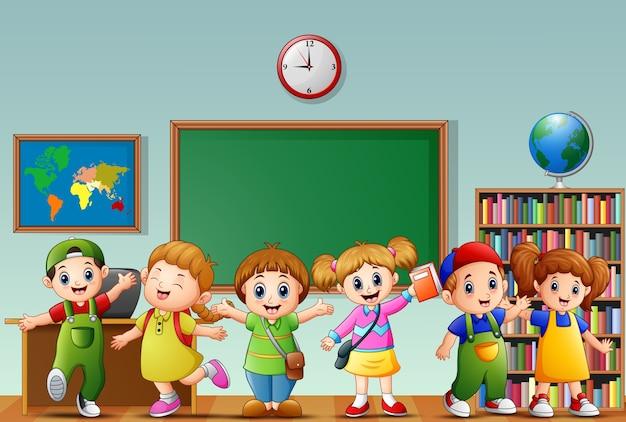 Veel kinderen staan vooraan in de klas Premium Vector