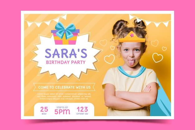 Verjaardag kaartsjabloon kinderen met foto Gratis Vector