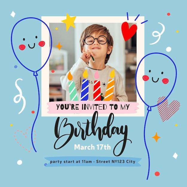 Verjaardag uitnodigingskaart met schattige jongen Gratis Vector