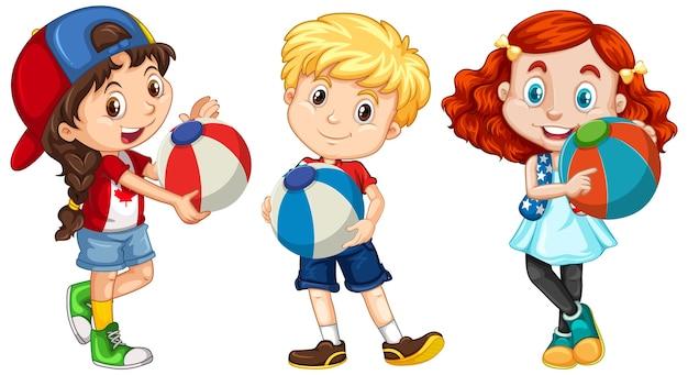 Verschillende drie kinderen die kleurrijke bal houden Gratis Vector